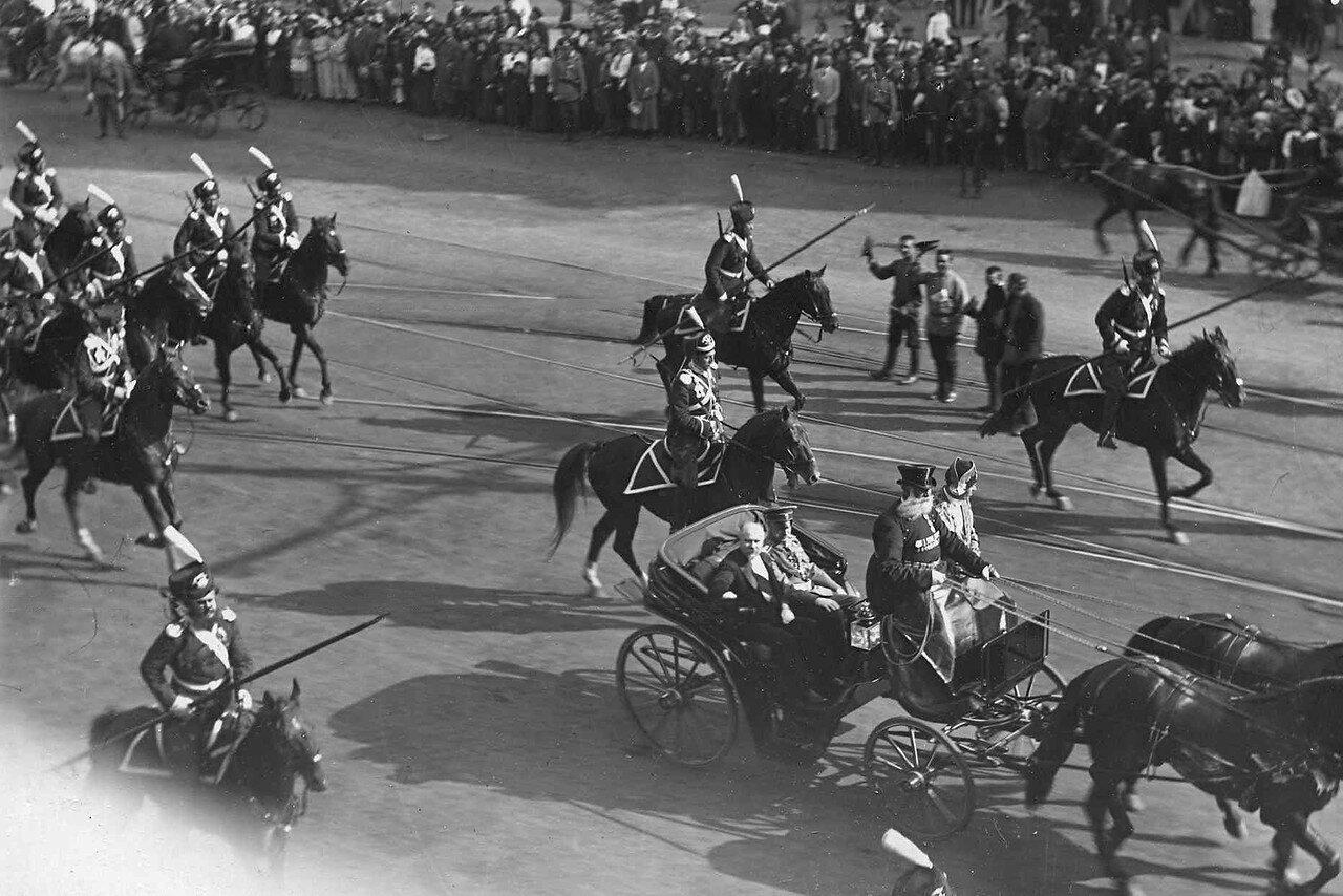48. Р.Пуанкаре в сопровождении эскадрона лейб-гвардии Казачьего его величества полка проезжает в экипаже по Невскому проспекту. 8 июля 1914