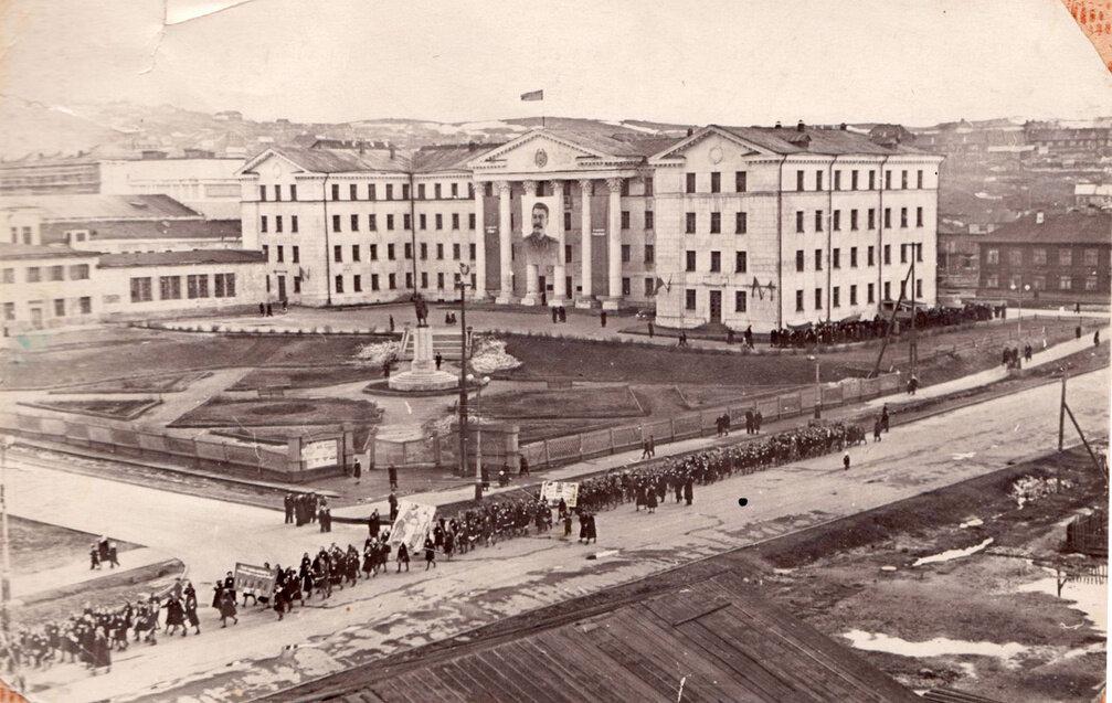1950-1953. Идём на демонстрацию