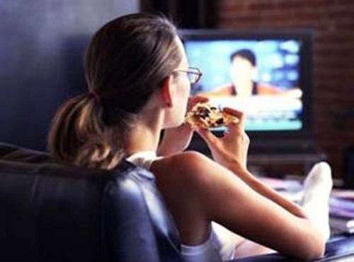 Фанаты телевизионных экранов едят все подряд