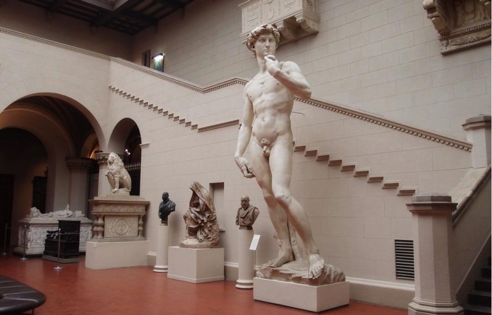 Знаменитый Давид Микеланджело. Высота скульптуры – 5,5 метров.