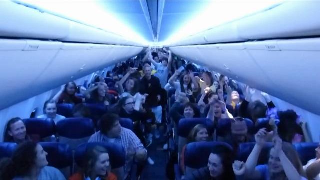 Студенты и стюардессы танцуют Harlem Shake в самолете
