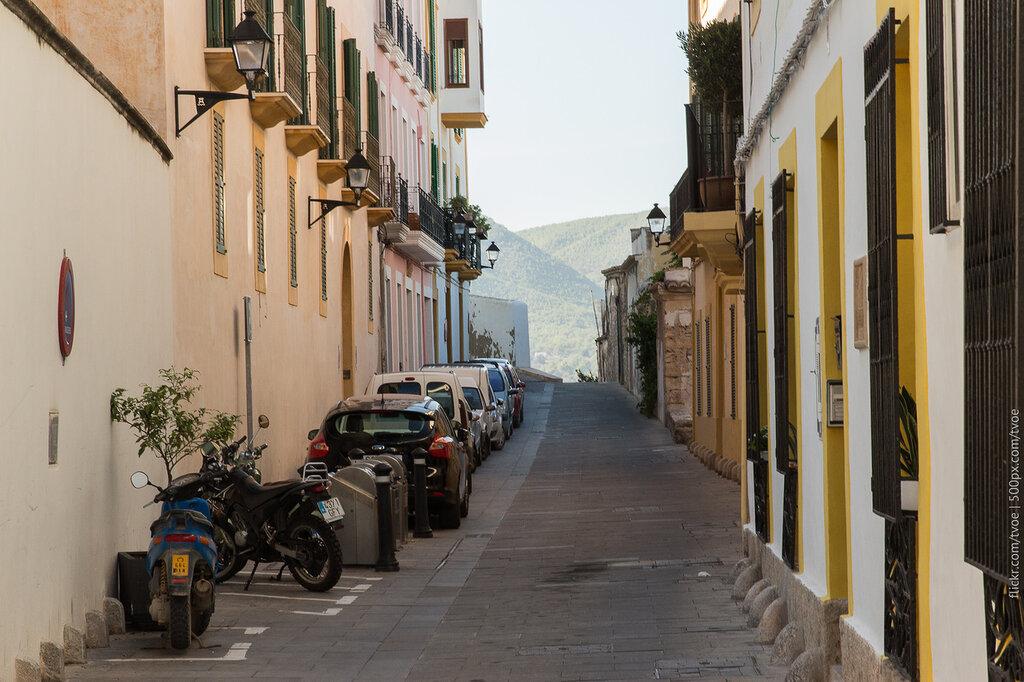 Улочка старого города Ибицы