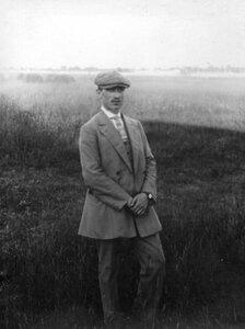 Летчик Масляников, участник перелета, на аэродроме