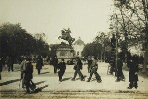 Прохожие на одной из центральных площадей города; на заднем плане- памятник Яну Собесскому.