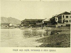 Вид здания гостиниц и клуба на побережье