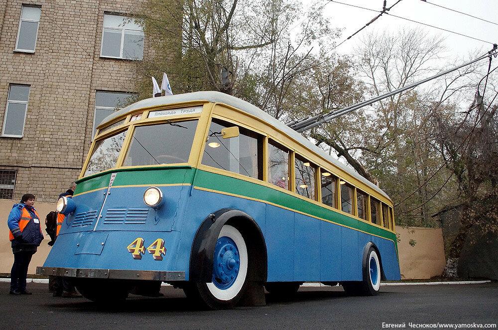 Осень. Парад троллейбусов. ЯТБ1. 24.10.15.12..jpg