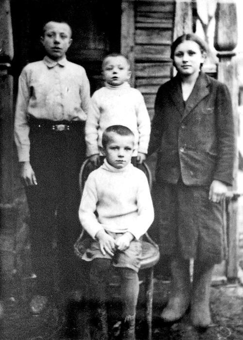 Гагарин Юра (сидит) с братьями и с сестрой