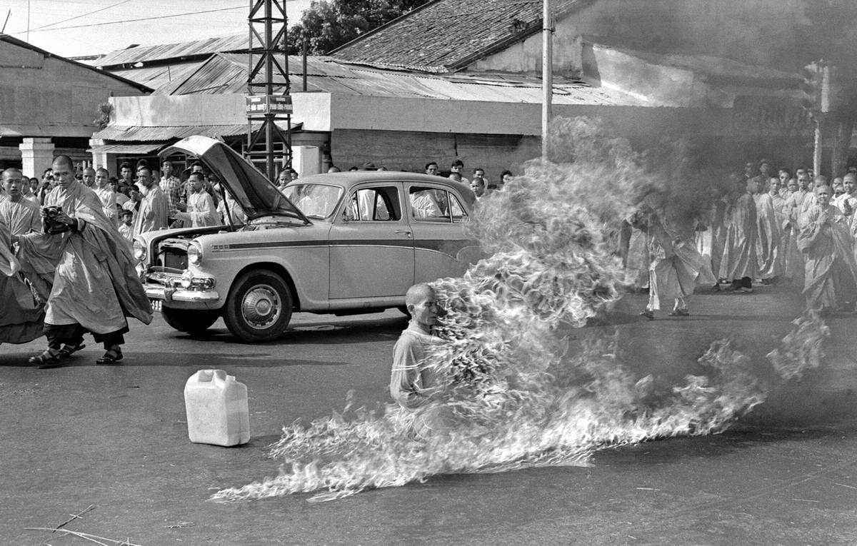 Буддийский монах сжигающий себя на улице Сайгона в знак протеста против начала преследований буддистов правительством Южного Вьетнама