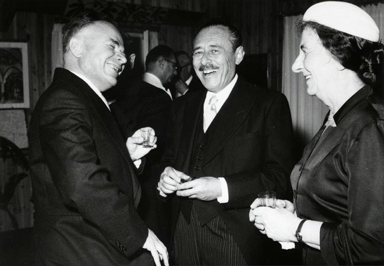 1959.  Голда Меир с российским послом Бодровым на дипломатической приеме