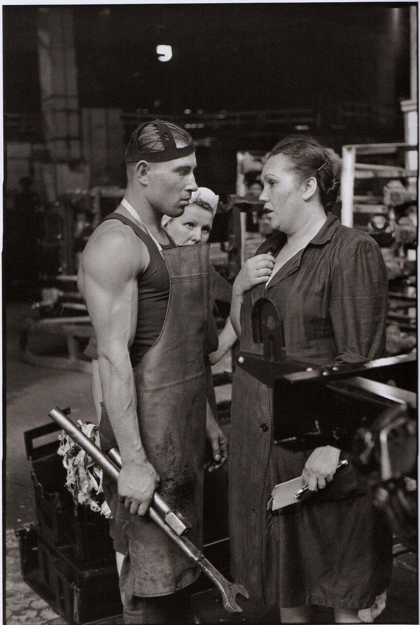 1954. Москва. Рабочий и руководитель, завод по производству автомобилей