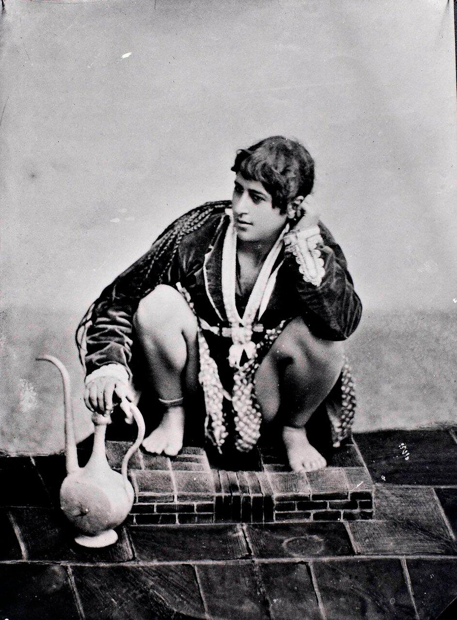 Персиянка с кувшином на корточках в туалете