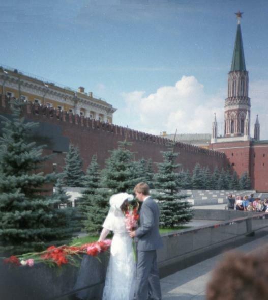 Молодожены у гробницы Ленина