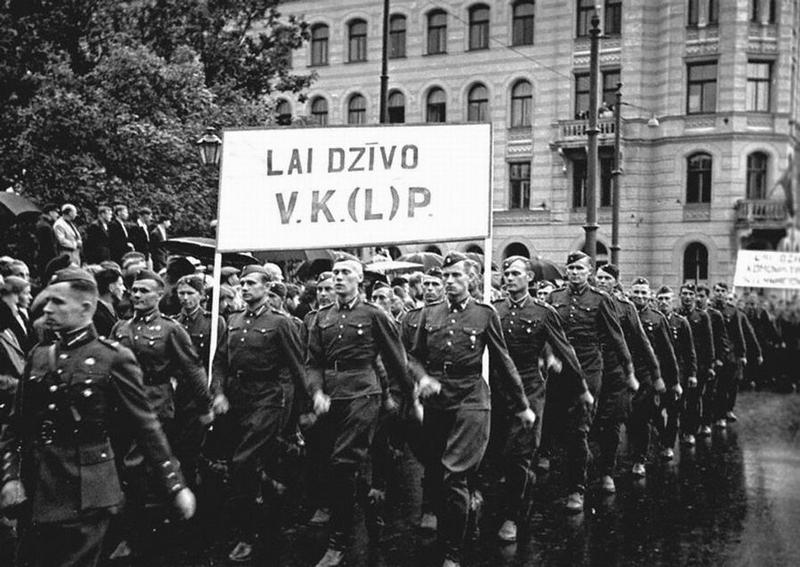 Солдаты на демонстрации, посвященной присоединению Латвии к СССР.