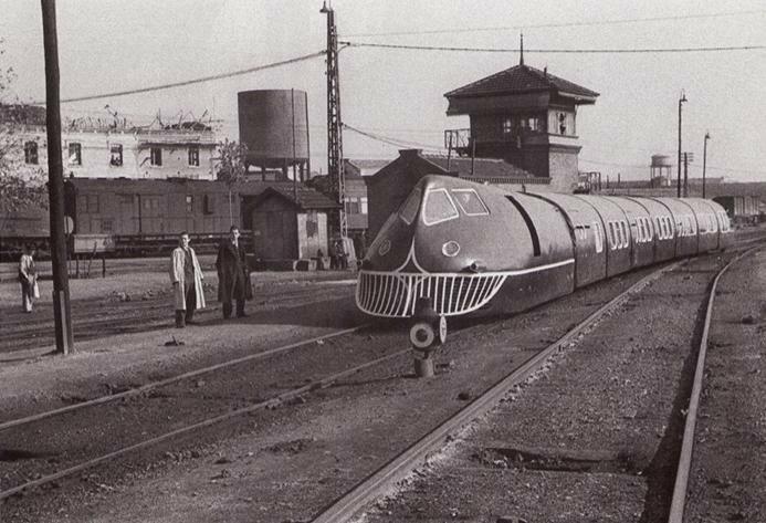 15 noviembre 1942, vista de la parte delantera y trasera del tren articulado construido por tecnicos espanoles. Foto Hermes Pato.jpg