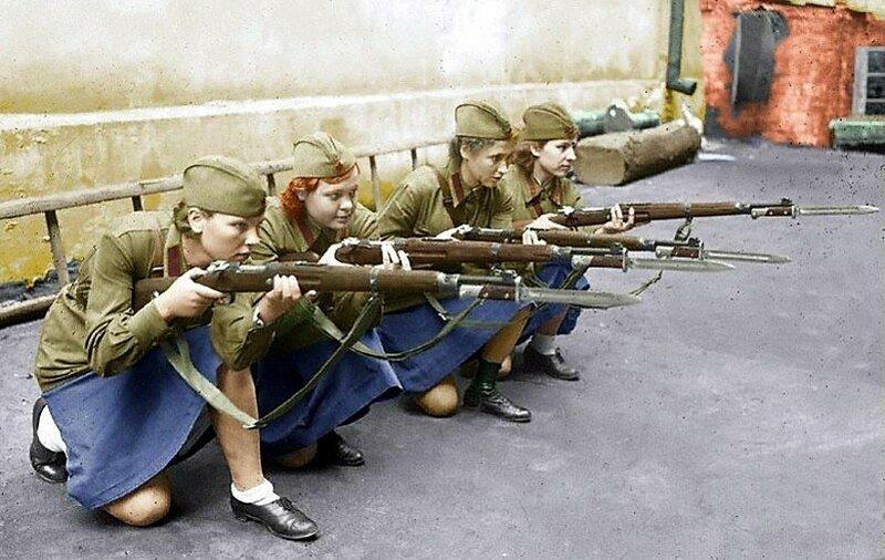 Девушки-добровольцы во время обучения стрельбе из винтовки. Москва. Фото осень 1941 года..jpg