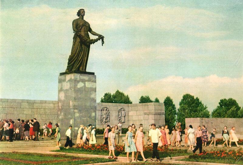075 Пискарёвское мемориальное кладбище-музей. Фигура Матери-Родины.jpg