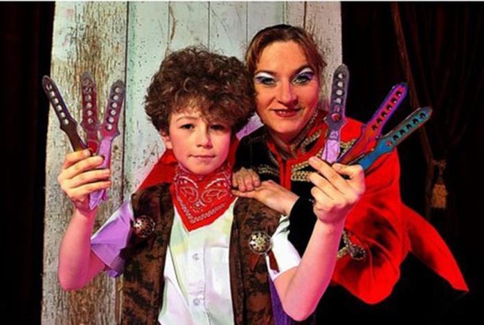 Мальчик в возрасте 10 лет выступает в цирке метателем ножей 0 11aad1 39bfdb0e orig