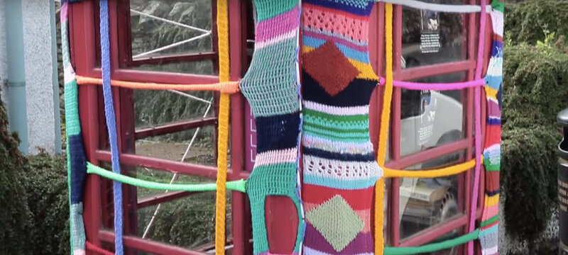 104 летняя уличная художница создаёт вязаные шедевры по всему городу