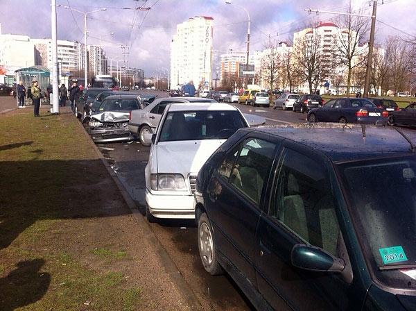 Пять припаркованных авто пострадали из-за потерявшего сознание водителя