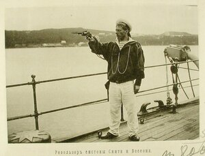 Матрос одного из крейсеров эскадры стреляет из револьвера системы Смита и Вессона