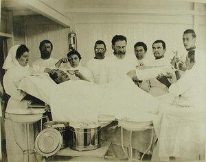 Врачи, сестры милосердия в операционной Кубанской баржи-лазарета