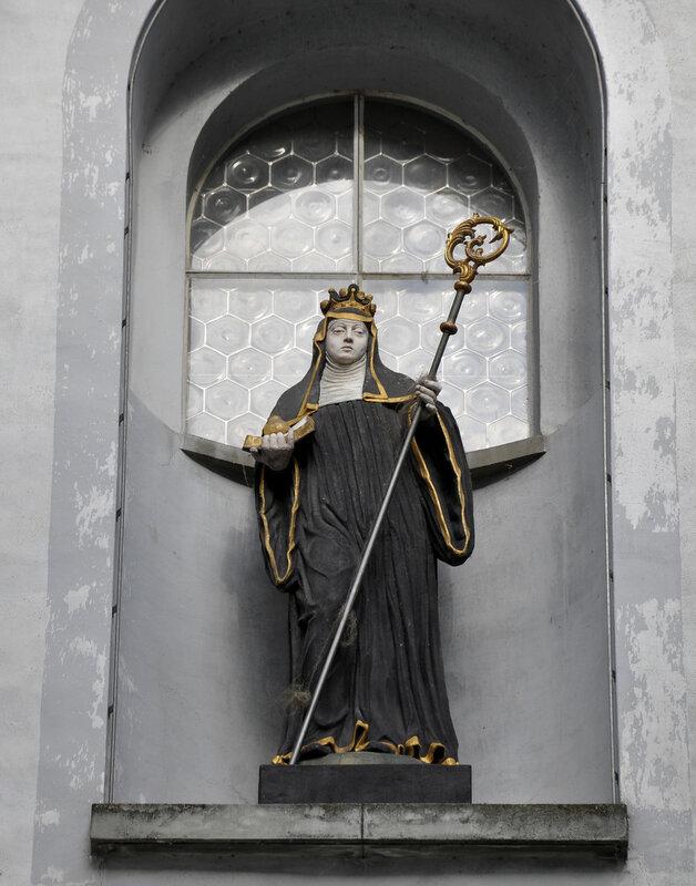 Münsterlingen, ehemalige Klosterkirche St. Remigius, Fassadenfigur Hl. Walburga