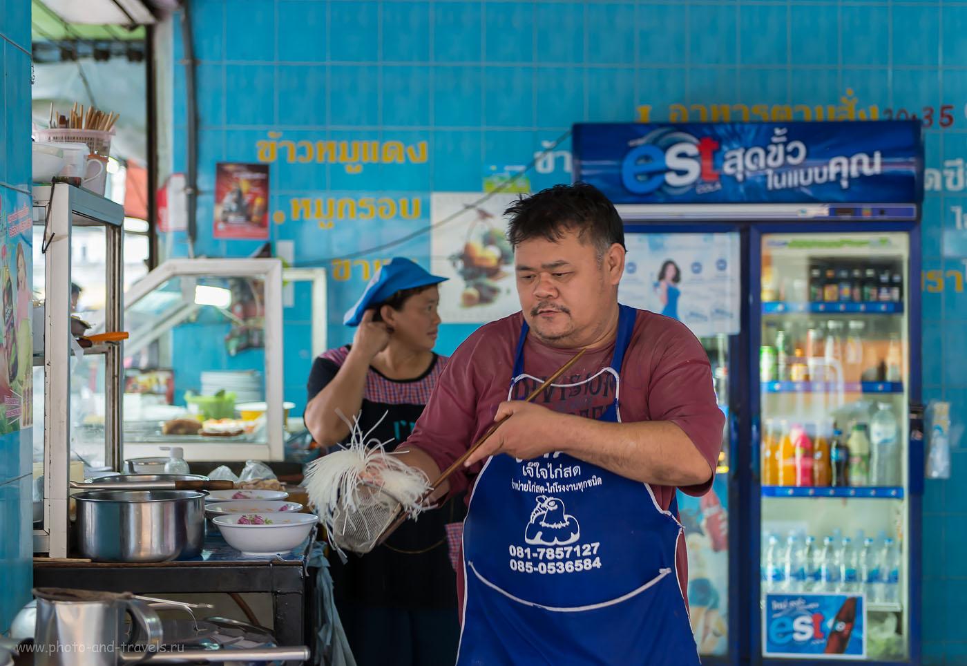 Фото 1. Будет вам и суп с лапшой, и омлет... Кафе на автовокзале города Пхитсанулок, через который мы добирались в исторический парк Сукхотаи.
