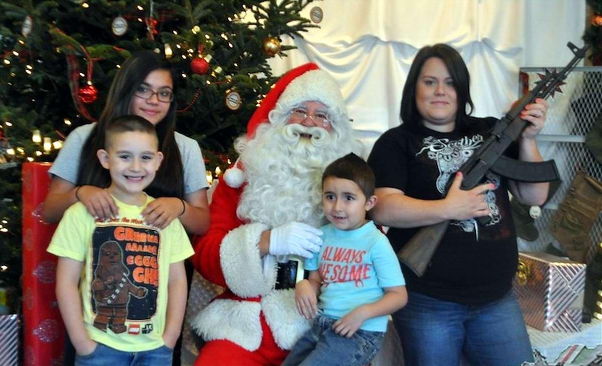 С автоматами в компании Санта-Клауса: Добропорядочные американцы готовятся к встрече Рождества (11)