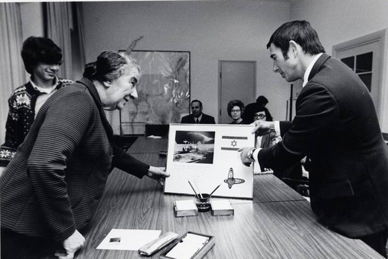 1972 . Голда Меир и астронавт Джеймс Ирвин