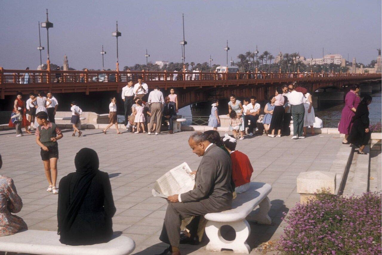 Люди на набережной Нила