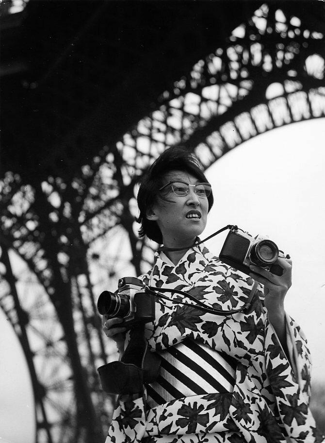 1964. Фотограф Йоши на Эйфелевой башне