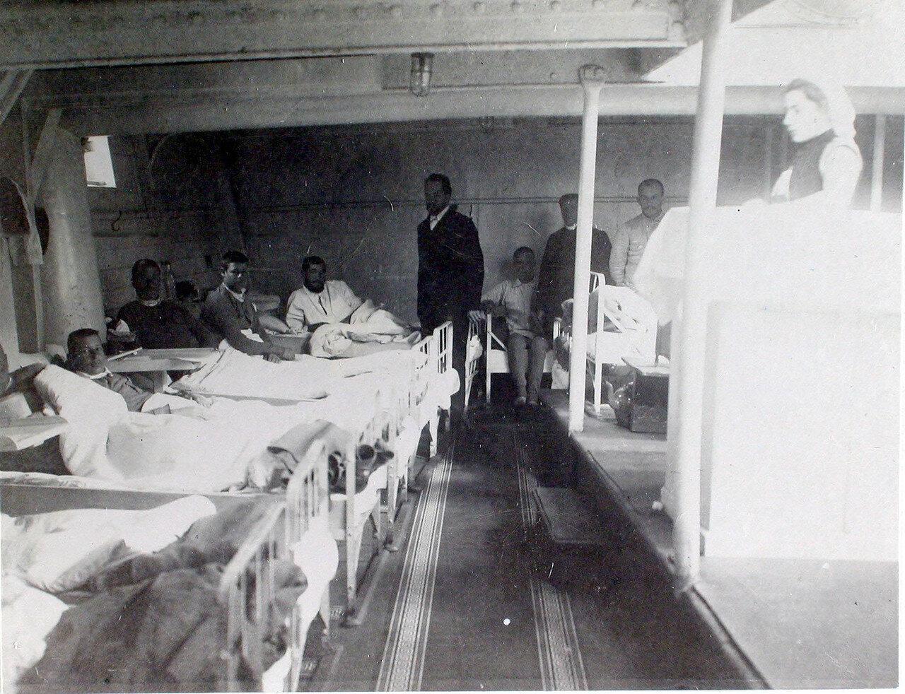 19. Младший врач А. А. Косминский (слева стоит) в палате № 1 у постелей больных.   1901