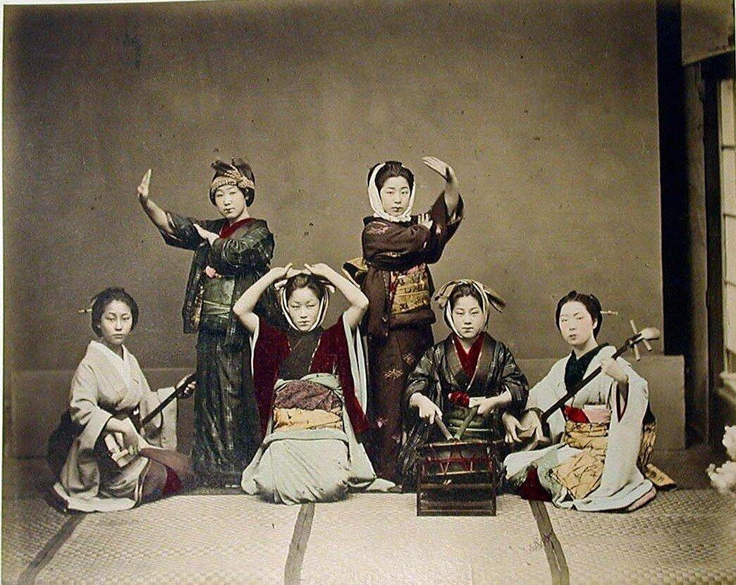 Танцующие и музицирующие женщины