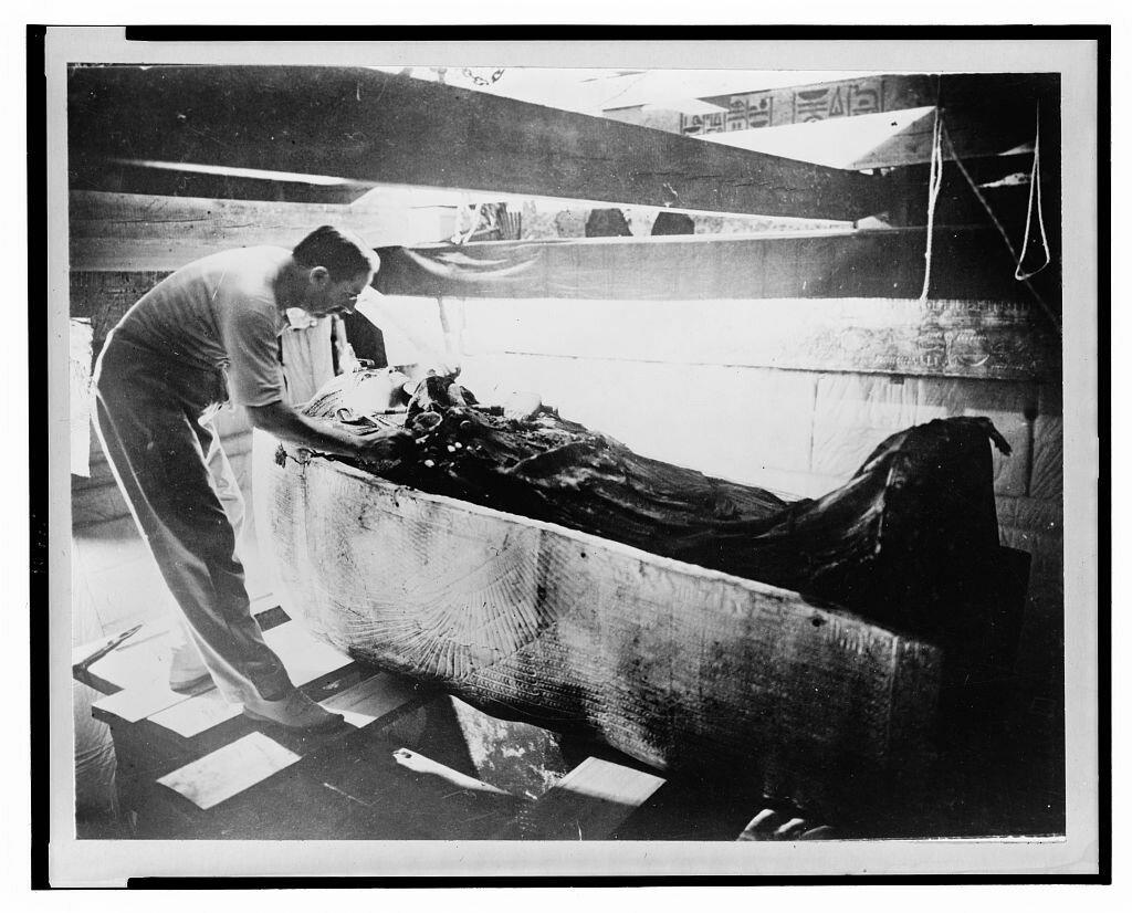Говард Картер исследует саркофаг Тутанхамона