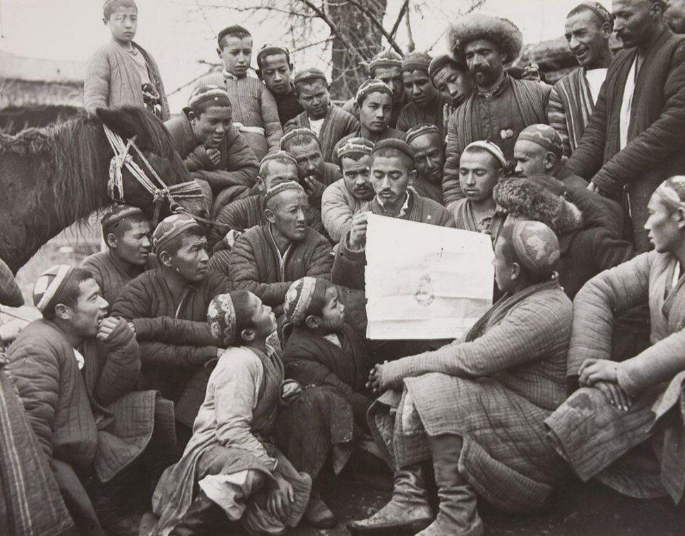 1920-е. Мохаммед Дадабаев читает Указ о земельных и водных реформах