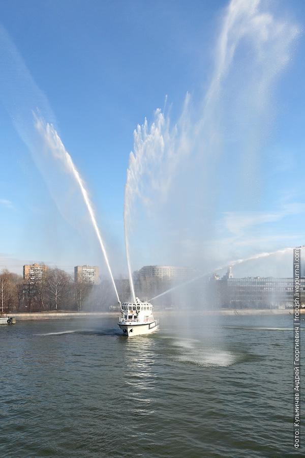 фотография многоцелевое пожарно-спасательное судно Полковник Чернышев работа водяных пушек