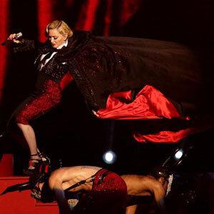 Мадонна упала со сцены во время выступления на Brit Awards