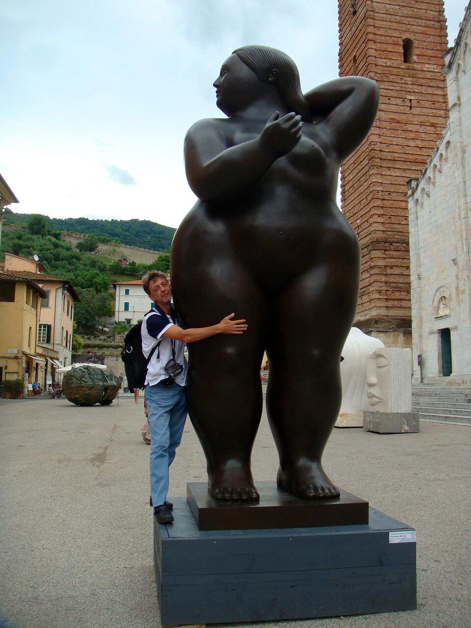 А это я рядом с еще одной скульптурой любителя толстяков)