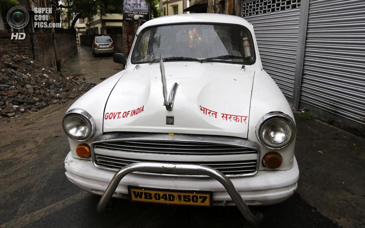 Индия. Калькутта, Западная Бенгалия. 26 мая. Правительственный Hindustan Ambassador в переулке. (AP