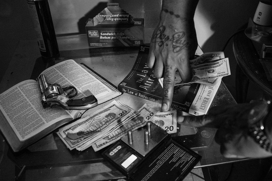 Тефлон показывает пистолет, Библию и свод законов, без которых немыслима жизнь группировки.