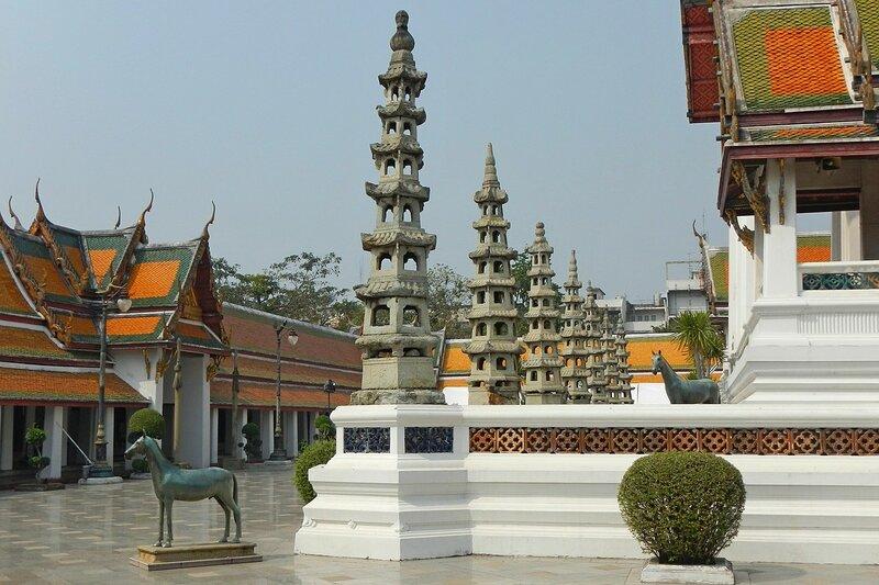 Китайские пагоды и коняшки по углам терасс - Храм Ват Сутхат (Wat Suthat Thep Wararam) и гигантские качели в Бангкоке