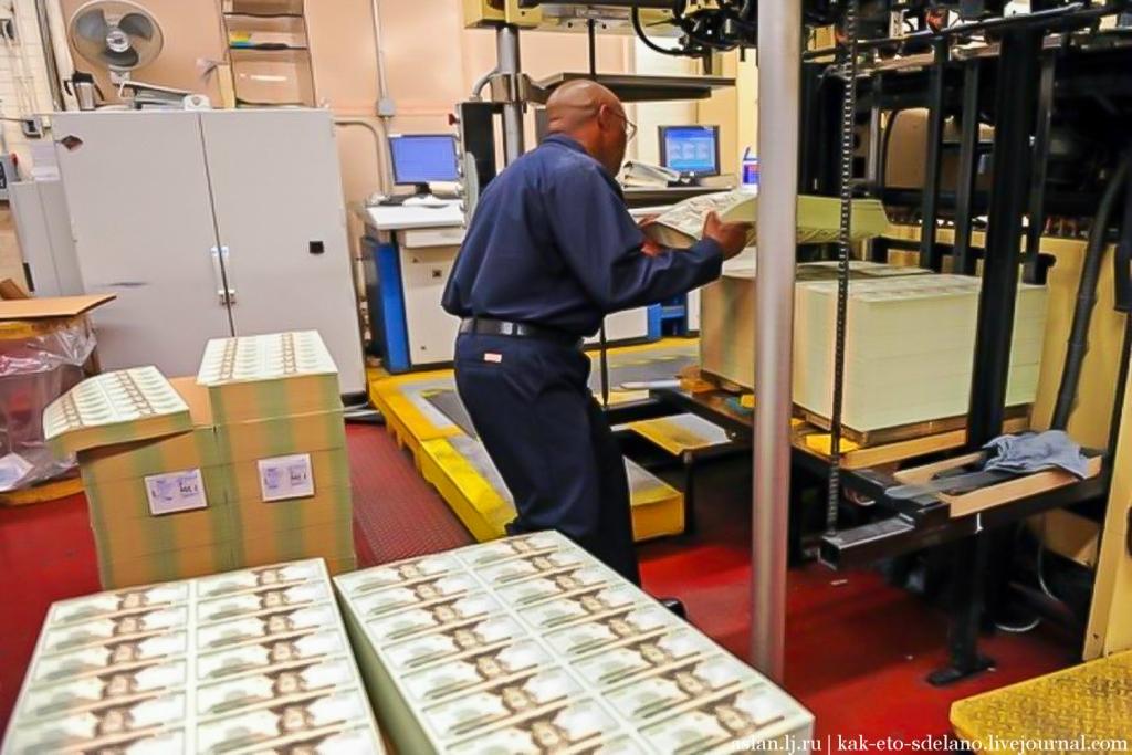 После этих этапов, бумага сушится под специальным прессом, после чего сворачивается в огромные рулоны шириной в 2.5 метра и весом более 4 тонн. На бумаге уже есть водяные знаки и нити безопасности, и каждый рулон идет на изготовление банкнот определенного номинала. Из каждого такого рулона можно отпечатать на 3.5 миллиарда купюр номиналом 100 долларов США.