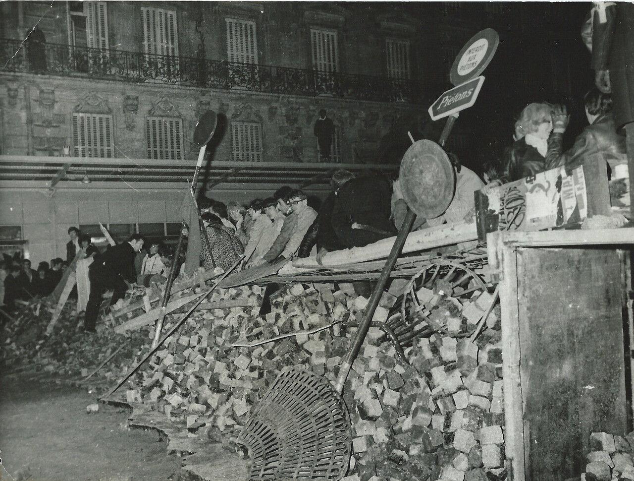 Студенты на баррикады в Латинском квартале в ночь на 10 мая 1968