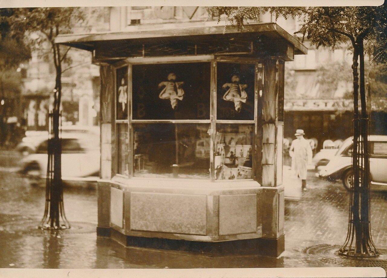 1936. Закрытый газетный киоск на Бульварах