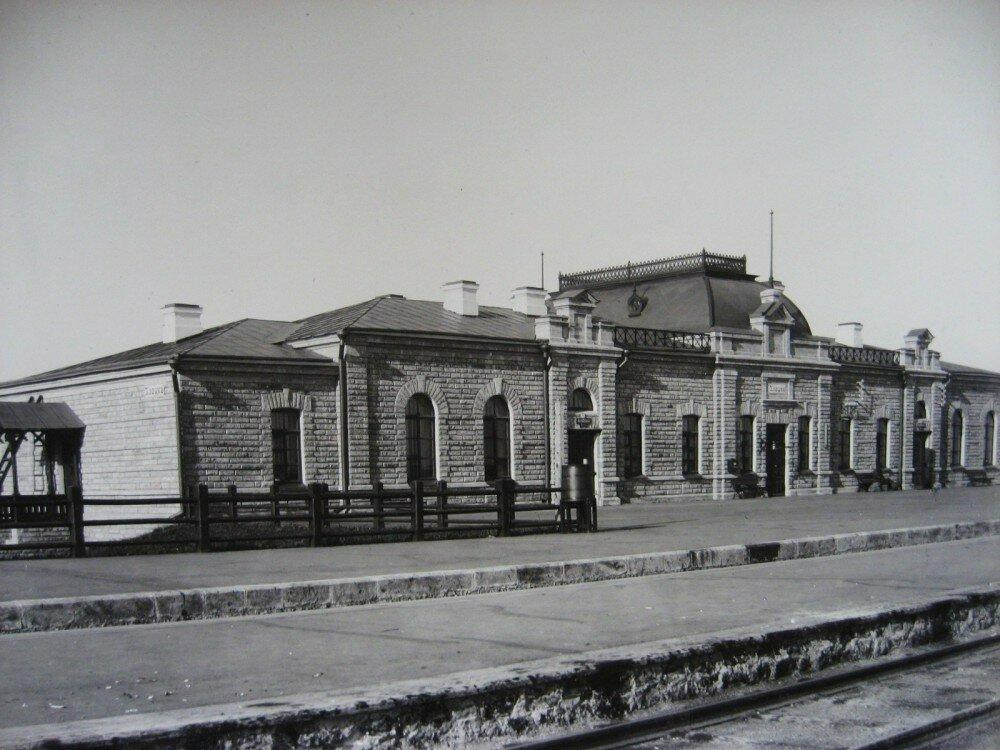 10. Пассажирское здание на станции Илецк