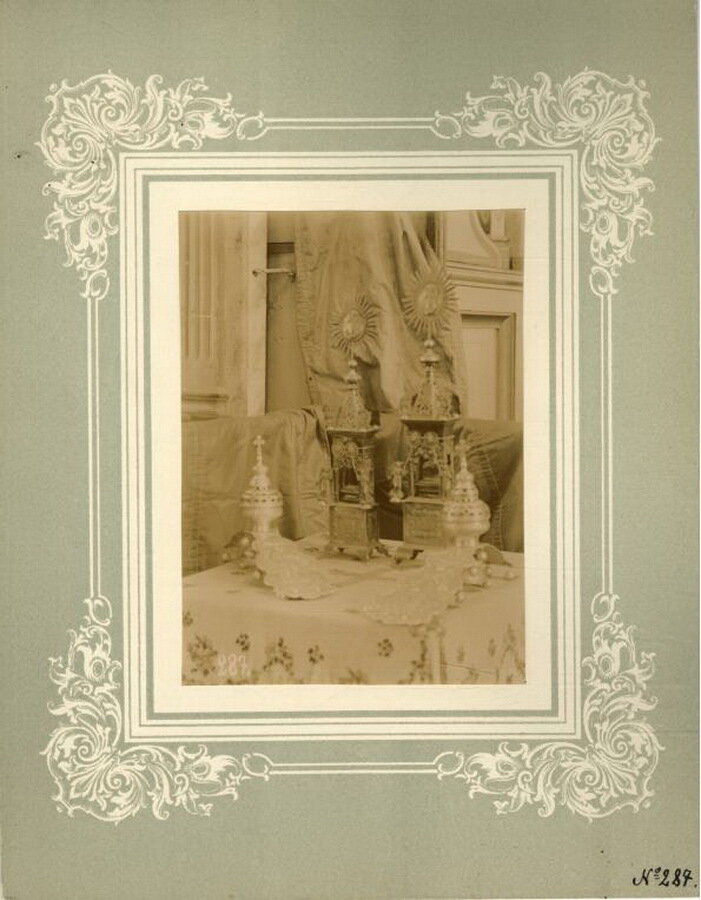 41.Сионы (дарохранительницы) и кацеи употребляемые, при каждении, в великие праздники