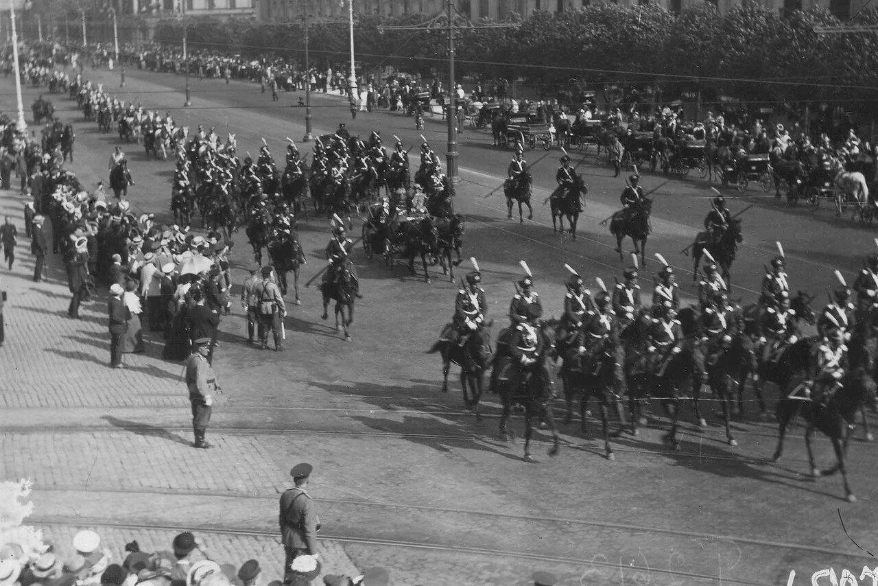 46. Р.Пуанкаре в сопровождении эскадрона лейб-гвардии Казачьего его величества полка проезжает по Невскому проспекту около Гостиного двора. 8 июля 1914
