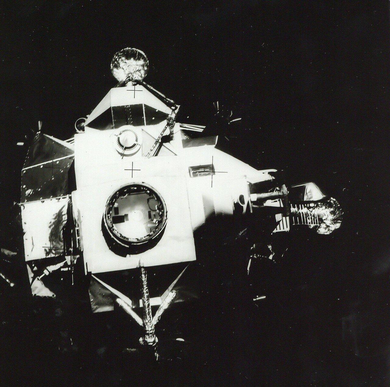 После этого экипажу предстояло провести ещё несколько ответственных операций, в частности, выполнить отстыковку двигательного отсека от корабля.
