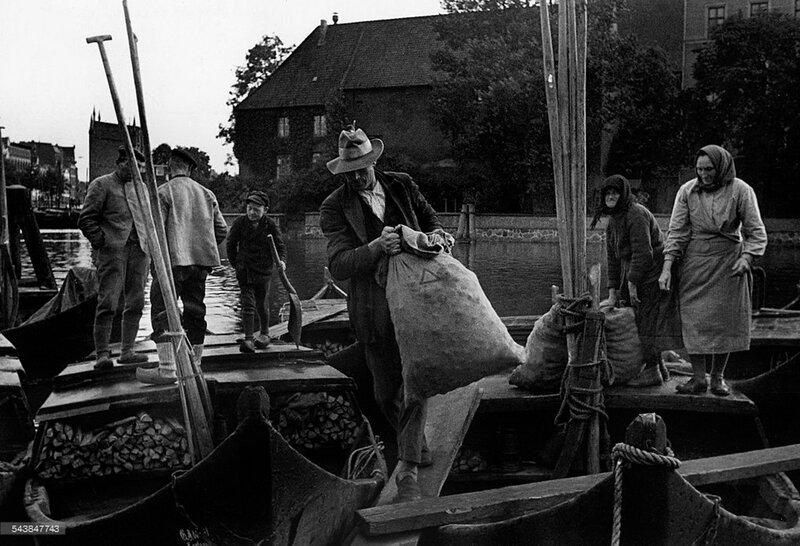 Торговля овощами фермерами с лодок на Преголе 1936.jpg