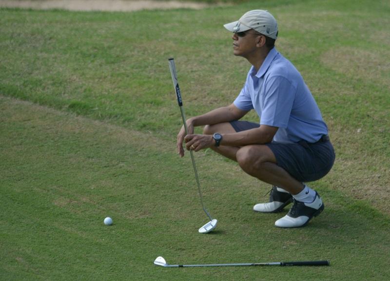 Барак Обама в отпуске на Гавайях играет в гольф в Гонолулу и общается с военными